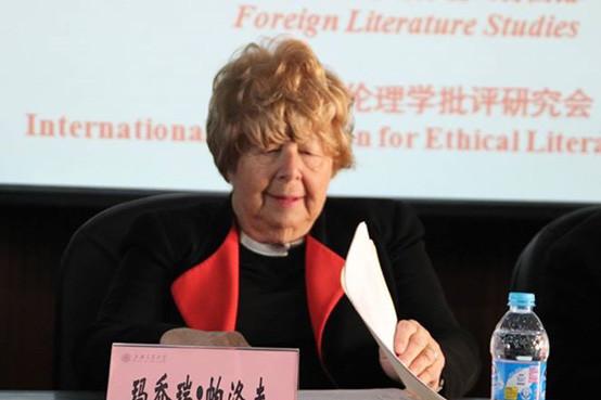 Marjorie-Perloff_lecturing-WWW
